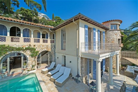 -Michael Tasos' villa, Eze (the front page photo & the dining table with view) -Penny Palmano's Villefranche villa: pics on p2, p3 and the bathroom shot on back page ...provider - marion@beauchamp.com.....BE445-7.jpg