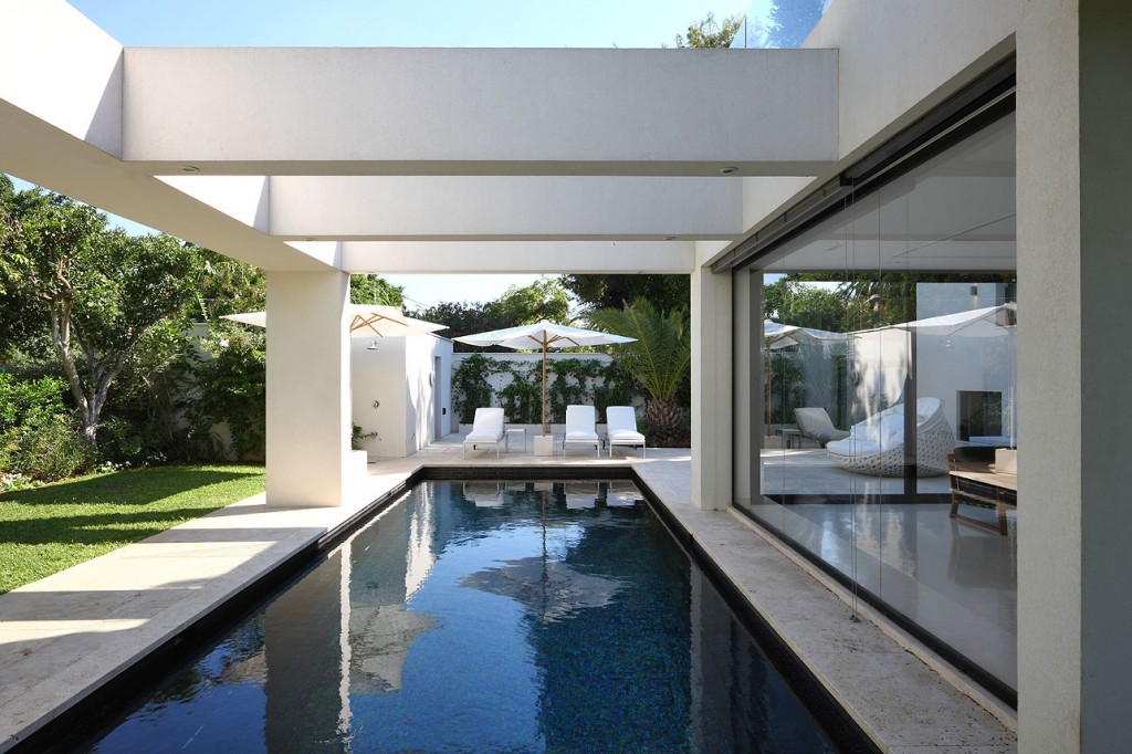 Herzliya Pituach: 450 square meter (4,843 sqft) villa built on a quarter acre plot featuring an outdoor pool and lush garden with mango, avocado, orange, mandarin, lemon and pomegranate trees. Only a few minutes' walk to the beachside promenade and priced at £4.3m